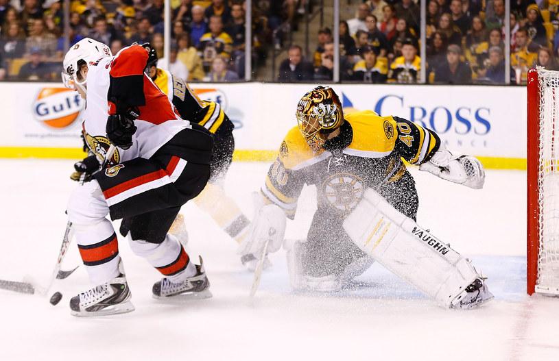 Tuukka Rask w bramce Boston Bruins podczas meczu z Ottawa Senators /AFP