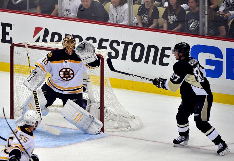 Tuukka Rask z Boston Bruins i Sidney Crosby, gwiazda Pittsburgh Penguins (z prawej) /AFP