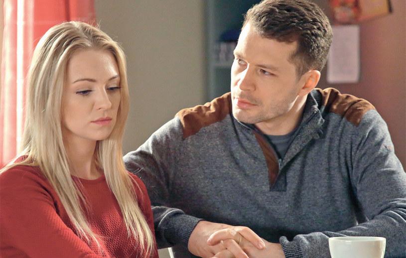 Tuż po wakacjach Tomek poprosił Asię (Barbara Kurdej-Szatan) o rękę. To koniec problemów? /Agencja W. Impact