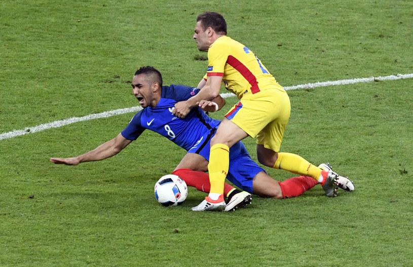 Twarda walka w meczu Francja - Rumunia /AFP