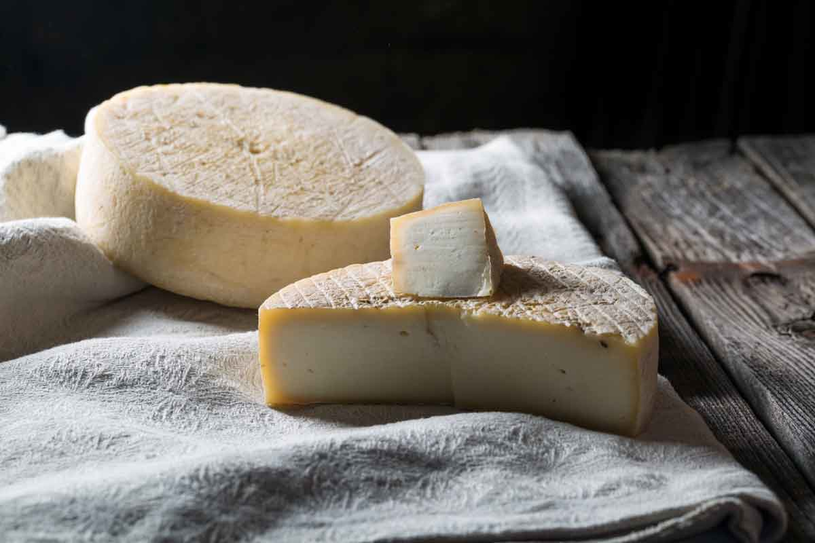 Twarde sery dojrzewają   od skórki do środka. Kroimy je dla smaku tak, by porcja zawierała po kawałku z obu warstw. /123RF/PICSEL