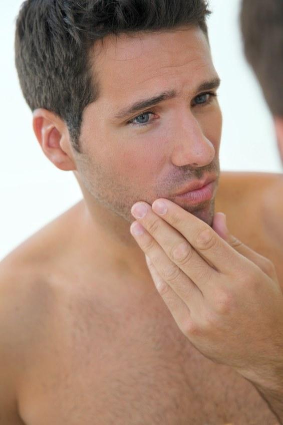 Twój mężczyzna broni się przed używaniem kosmetyków? Zachęcaj go cierpliwie, podsuwając mu odpowiednie specyfiki /© Panthermedia