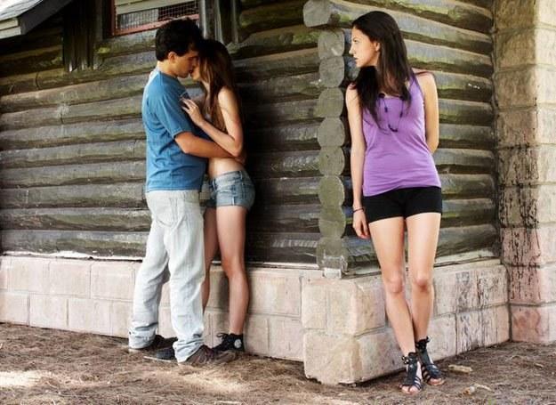 Twoja przyjaciółka zazdrości ci faceta? Uważaj, może ci go odbić! /Intimate Medicine