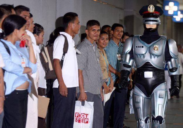 Twórcy robota-strażnika zapewniają, że nie będzie on  RoboCopem ani Terminatorem /AFP
