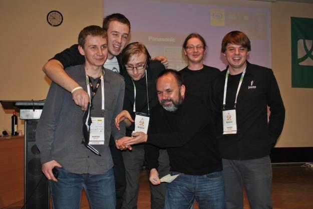 Twórcy zwycięskiego projektu Square It! wraz z jednym z mentorów /INTERIA.PL