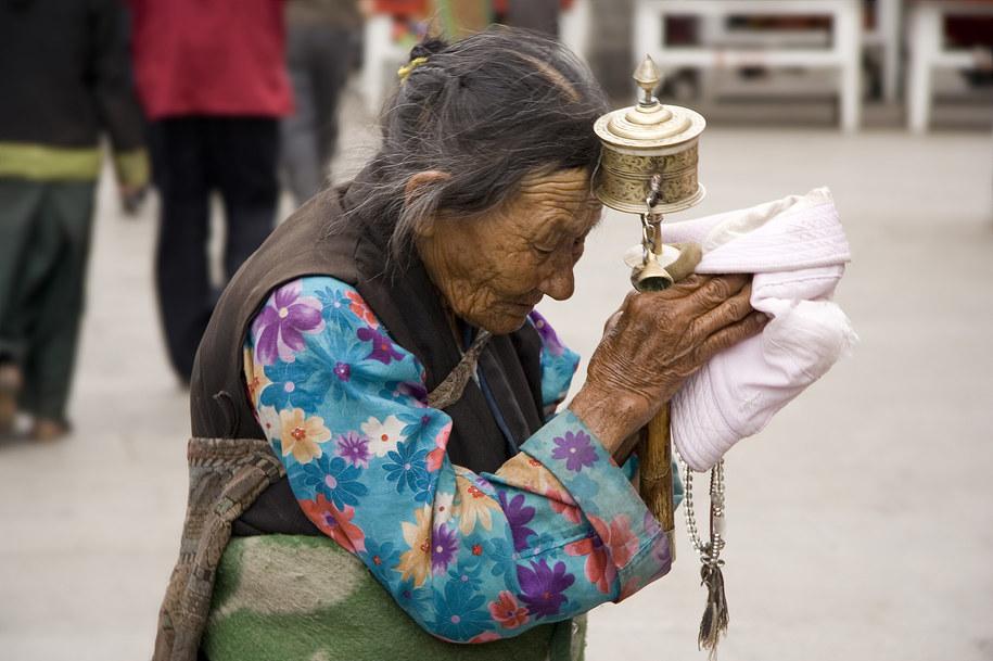 Tybetanka z kołem modlitewnym, Lhasa  /Fot. Luca Galuzzi