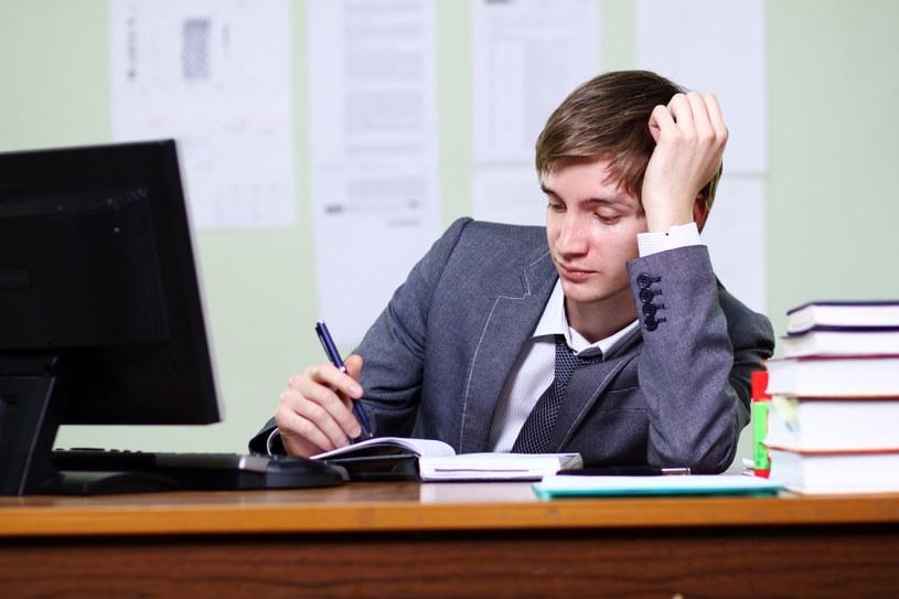 Tygodniowy czas pracy dla 80 proc. ankietowanych wynosi przynajmniej 42 godziny /© Bauer