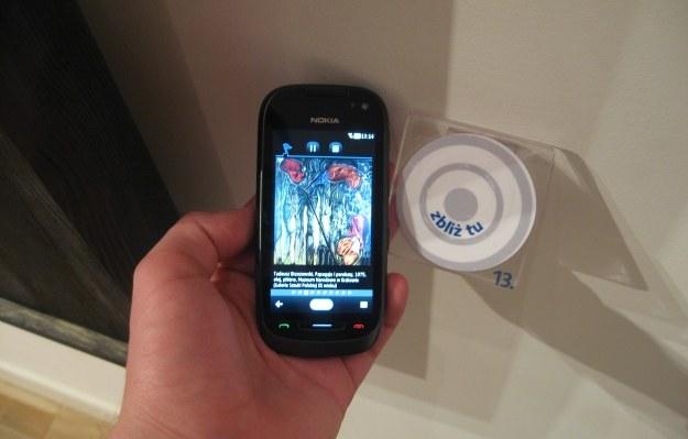 Tył telefonu należy przystawić do znacznika NFC. Znajdują się one przy wybranych dziełach. /INTERIA.PL