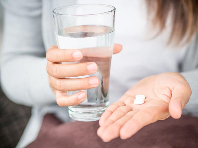 Tylko 8 proc. Polaków przyjmuje leki przeciwbólowe przepisane przez lekarza /123RF/PICSEL