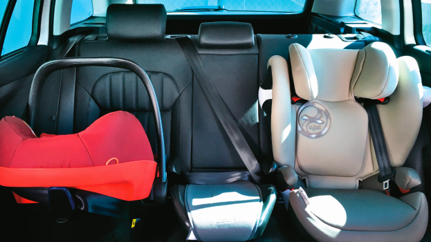 Tylko dwa minivany umożliwiły łatwy montaż trzech fotelików w drugim rzędzie. /Motor