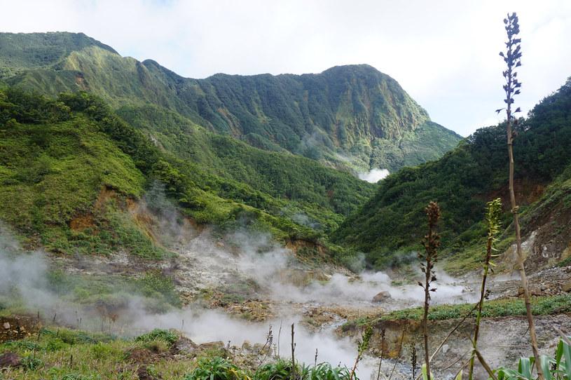 Tylko niektóre wyspy na Karaibach mogą pochwalić się tak wybitnie górskim krajobrazem /123RF/PICSEL