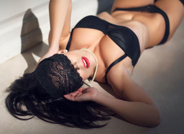 Tylko niewielki procent kobiet nie jest w stanie przeżywać orgazmu z powodów fizjologicznych /123RF/PICSEL