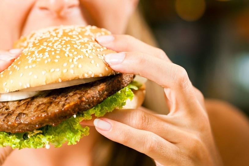 Tylko od ciebie zależy, jak zjesz burgera i czym go popijesz /123RF/PICSEL