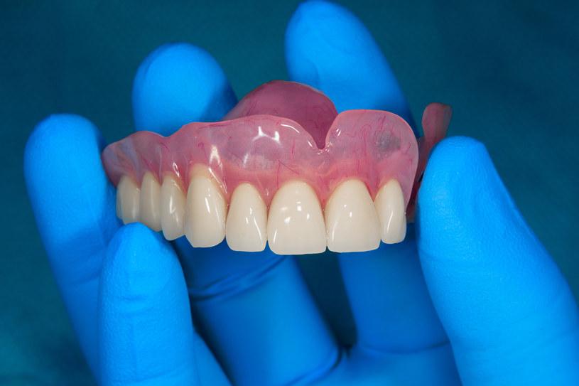 Tylko rzetelny i sprawdzony lekarz umie odpowiednio zadbać o wygląd zębów /123RF/PICSEL