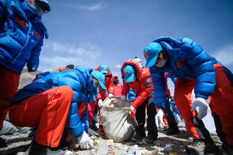 Tylko w 2019 roku, w czasie pojedynczej akcji sprzątania góry, ze zboczy Mount Everestu zniesiono 10 ton smieci /He Penglei/China News Service via Getty Images /Getty Images