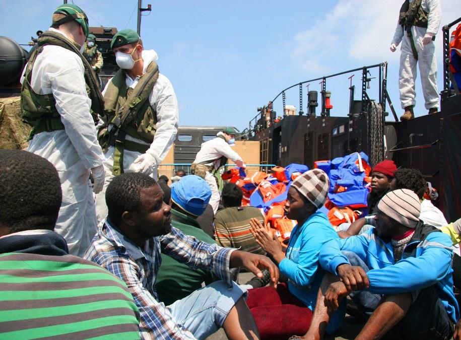 Tylko w miniony weekend do Włoch przez Cieśninę Sycylijską przedostało się ok. 6 tys. imigrantów /ETWE (CIS) L George/ROYAL NAVY /PAP/EPA