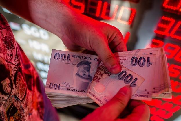 Tylko w piątek turecka waluta traciła momentami 13 proc. do dolara /AFP