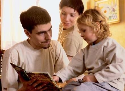 Tylko w trzech procentach gospodarstw domowych dzieckiem (dziećmi) zajmuje się mężczyzna... /INTERIA.PL