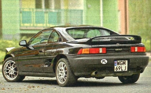 Tylna część nadwozia Toyoty MR2 prezentuje się ciekawiej niż przednia. Załadunek bagażnika utrudnia wysoki próg. /Motor