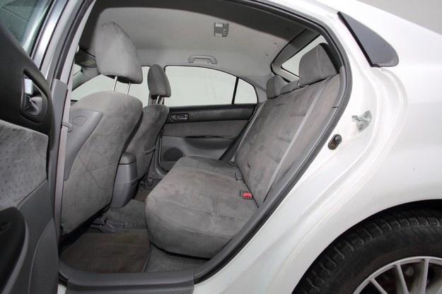 Tylna kanapa ma długie siedzisko. W liftbacku jest mniej miejsca na głowę niż w kombi. /Motor