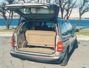 Tylna pokrywa uchyla się na wysokość ok. 2,2 m nad nawierzchnię. Po wyjęciu siedzeń można zmieścić ładunek o objętości 4080 dm3. /Ford