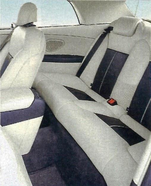 Tylne fotele nie służą do wożenia podróżnych na dużych odległościach, można ewentualnie podrzucić znajomych parę ulic dalej. /Motor