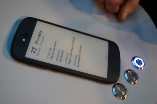 Tylny ekran E-Ink w YotaPhone 2. generacji /INTERIA.PL