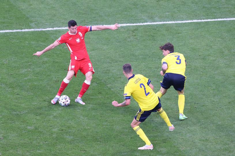 Tym strzałem Robert Lewandowski zdobył swoją najpiękniejszą bramkę w finałach Euro 2020. /Andrzej Iwanczuk /Reporter /East News