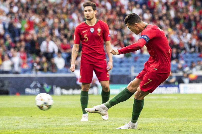 Tym strzałem z rzutu wolnego Cristiano Ronaldo dał Portugalii prowadzenie /JEAN-CHRISTOPHE BOTT /PAP/EPA