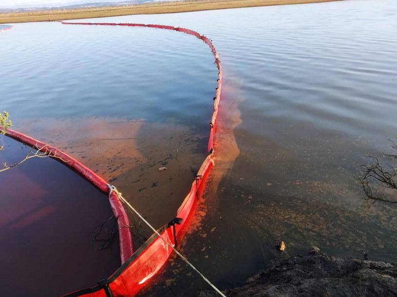 Tymczasowa zapora na rzece Ambarnaja /EPA