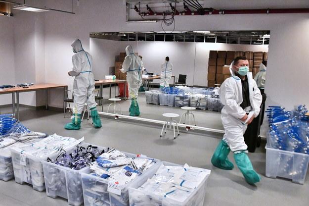 Tymczasowy szpital na Stadionie Narodowym /Andrzej Lange /PAP