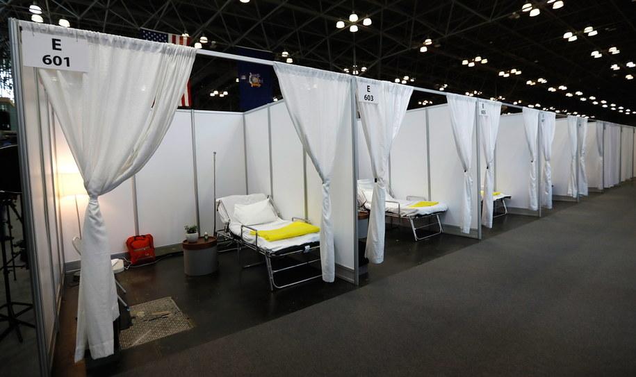 Tymczasowy szpital w jednym z nowojorskich centrów konferencyjnych /Peter Foley /PAP/EPA
