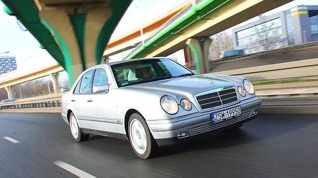 Typ W210 był szokiem po konserwatywnie stylizowanym poprzedniku. Zestarzał się zresztą niezbyt dobrze i nie chodzi tu tylko o rdzę. /Motor