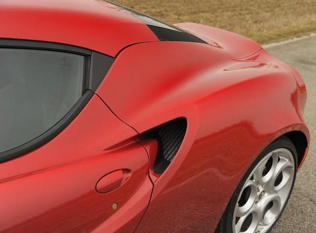 Typowa Alfa Romeo z wieloma obłościami i wypukłościami. Tuż za klamką, o kształcie zapomnianym już przez wielkoseryjną motoryzację, znalazły się wloty powietrza do komory silnika. /Motor