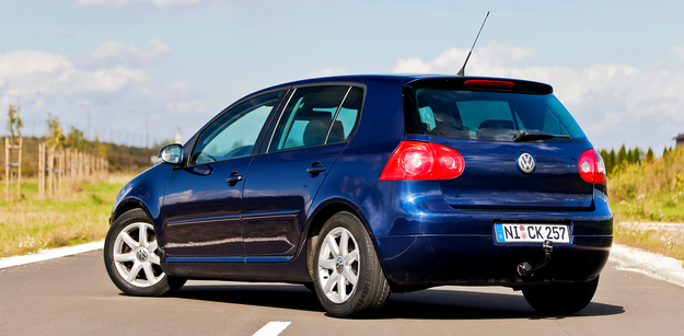 Typowa dla kompaktowego Volkswagena sylwetka z szerokimi tylnymi słupkami. /Motor