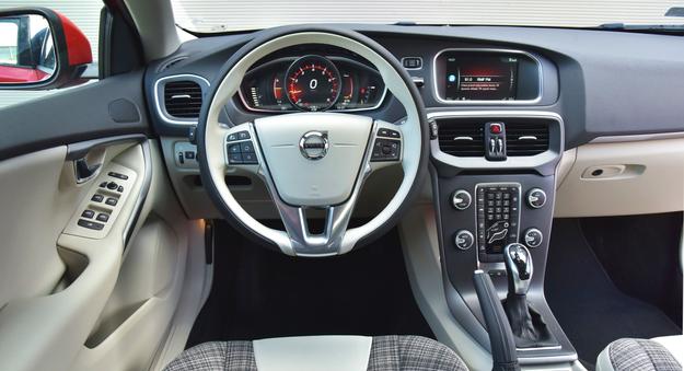 Typowy dla Volvo kokpit ze schowkiem za cienką konsolą centralną okazuje się bardzo przyjazny w obsłudze. Uwagę zwraca dwukolorowa kierownica, a nocą – podświetlona dźwignia automatu. /Motor