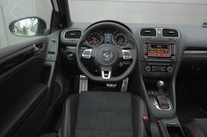 Typowy Volkswagen – solidnie i bez udziwnień. Jak na auto usportowione, kokpit jest jednak nieco zbyt nudny. Jakością wykonania miażdży jednak konkurencję. /Motor