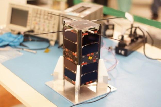 Typowy wygląd satelity formatu CubeSat 2U (tu Cubebug-1). PW-Sat 2 może mieć podobny wygląd, ale niektóre szczegóły (np. wielkość i ilość paneli słonecznych, ułożenie anten itp.) będą z pewnością inne. /materiały prasowe