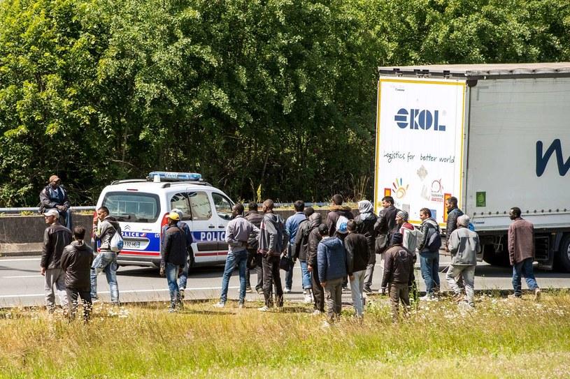 Tysiące imigrantów próbuje desperacko przedostać się do Wielkiej Brytanii / PHILIPPE HUGUEN /AFP