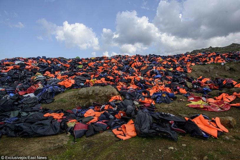 Tysiące kamizelek ratunkowych pozostawionych przez emigrantów na wyspie Lebsos /East News