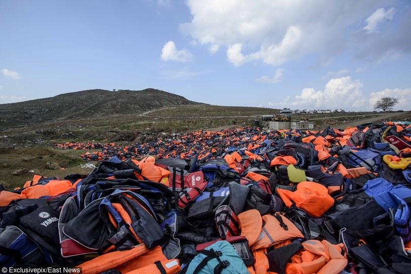Tysiące kamizelek ratunkowych pozostawionych przez migrantów na wyspie Lesbos, zdj. ilustracyjne /East News