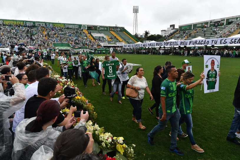 Tysiące kibiców żegnało tragicznie zmarłych piłkarzy Chapecoense na stadionie /AFP