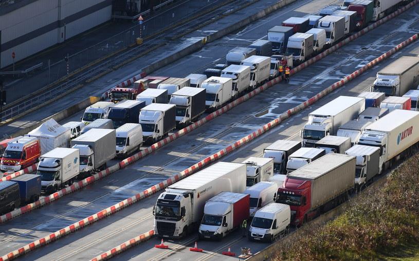 Tysiące kierowców czeka na testy na COVID-19 na brytyjskiej granicy. /PAP/EPA/ANDY RAIN /PAP/EPA
