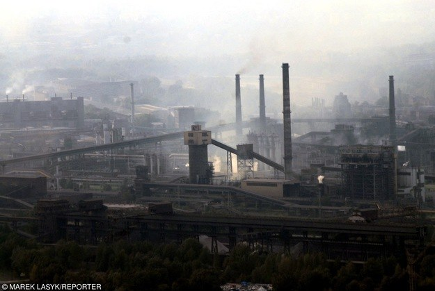 Tysiące kilogramów pyłu trafiło do atmosfery /Marek Lasyk  /Reporter