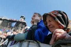 Tysiące kwiatów i zniczy na Majdanie