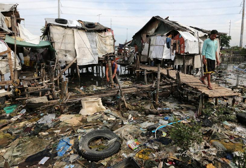Tysiące ludzi uciekają przed tajfunem /PAP/EPA