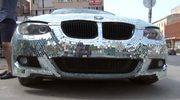 Tysiące małych luster: Kobiety przeglądają się w jego BMW