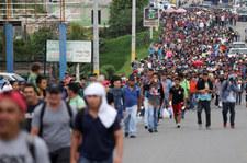 Tysiące migrantów zmierzają w kierunku granicy USA. Prezydent ostrzega