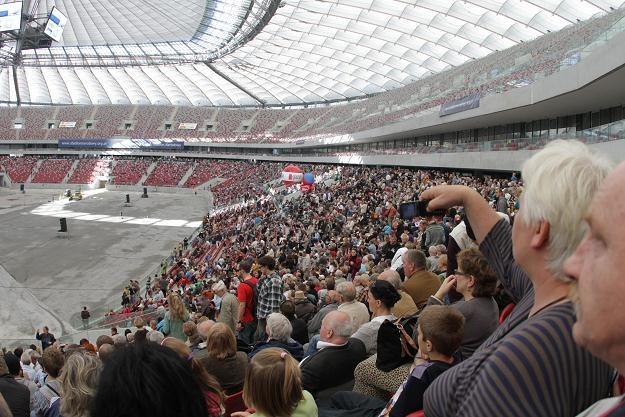 Tysiące osób obejrzało pokaz zamykania dachu Stadionu Narodowym fot: Bartłomiej Zborowski /PAP