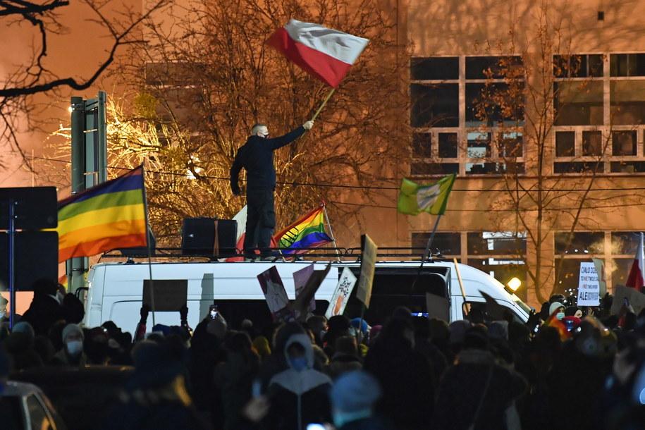 Tysiące osób uczestniczyło w organizowanych przez Strajk Kobiet protestach wobec decyzji TK ws. aborcji / Radek Pietruszka   /PAP